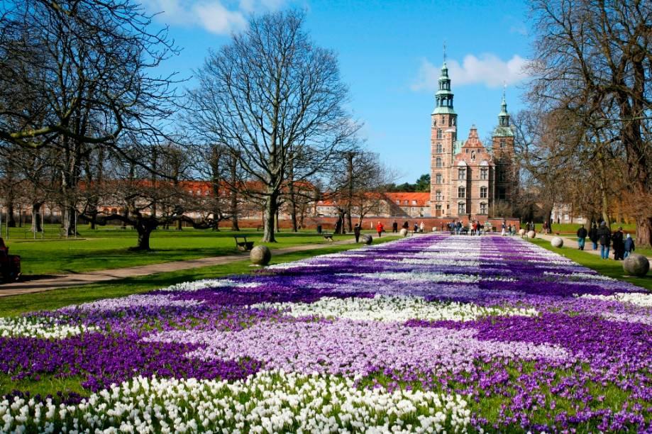 Jardins do renascentista castelo Rosenborg, em Copenhague, encomendado por Christian IV