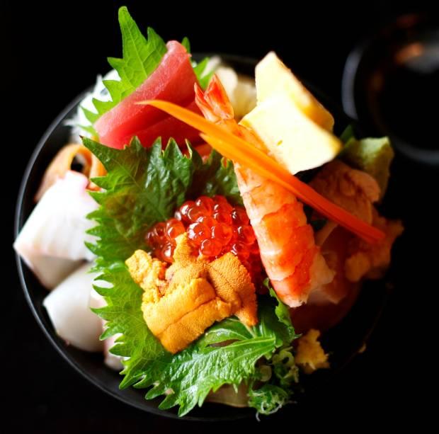 Em um pequeno prato o chirashizushi sintetiza vários elementos da culinária japonesa: comida nutritiva, saborosa, fortemente baseada em frutos do mar e esteticamente chamativa.