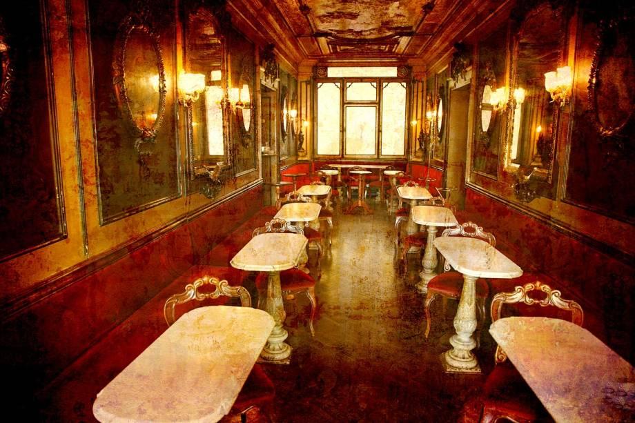 Ambiente interno do Caffè Florian, que funciona desde 1720 na Piazza San Marco - uma das mais famosas praças da Itália, e a praça mais importante da cidade