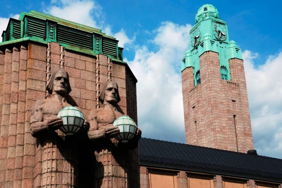 A estação central de Helsinque fica no coração da cidade e foi projetada pelo arquiteto Eliel Saarinen, pai de Eero Saarinen, que criou uma série de mesas e cadeiras que são ícones do design do século 20
