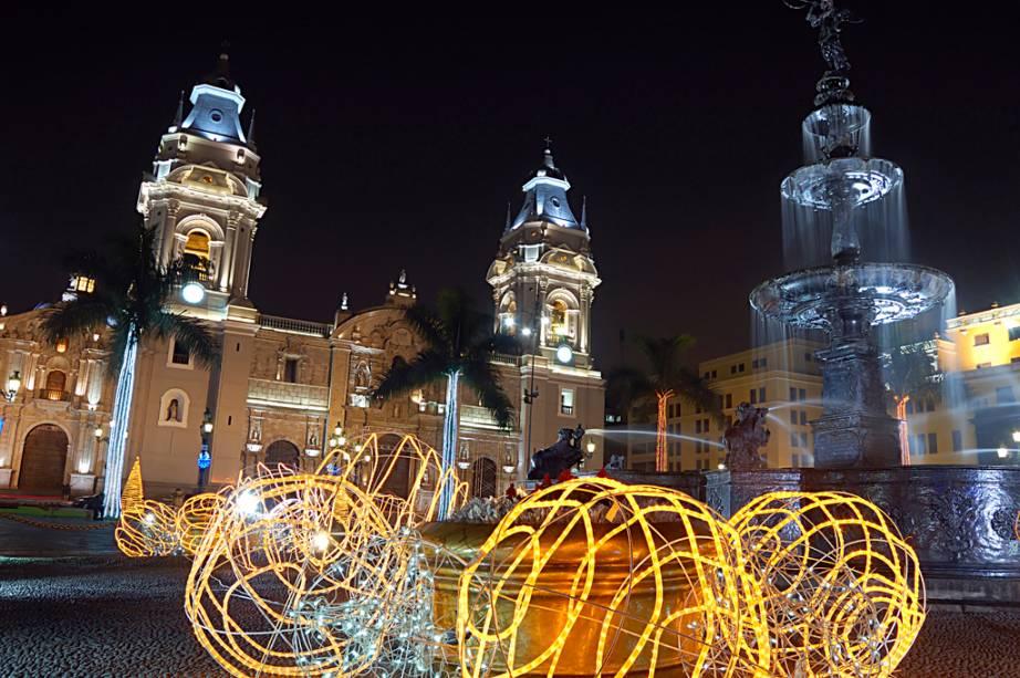 Em estilo barroco, a Catedral de Lima guarda os restos mortais de Francisco Pizarro, espanhol que reinaugurou a cidade em 1535