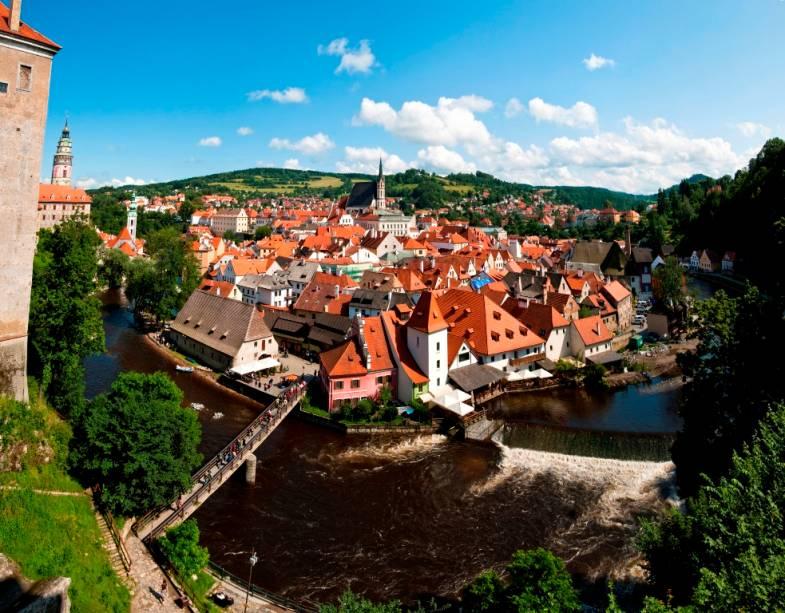 O rio Vltava forma um arco em volta do centro histórico de Cesky Krumlov, um arranjo que torna a cidade ainda mais pitoresca