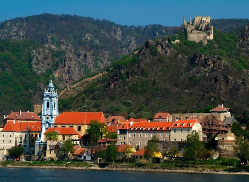 O castelo de Dürnstein, no canto superior direito, um dia serviu como prisão para o rei Ricardo Coração de Leão. Depois de um entrevero com o monarca local durante as Cruzadas, o rei foi sequestrado e somente liberado após o pagamento de um pesado resgate. Hoje o local encontra-se em ruínas