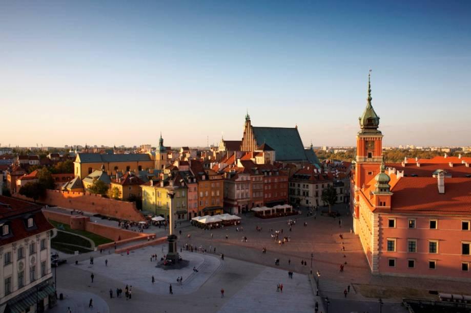 Vista geral da Cidade Velha de Varsóvia, com destaque para o Castelo Real, à direita. No centro da praça está o monumento a Sigismundo III Vasa e à esquerda trechos dos muros da cidade