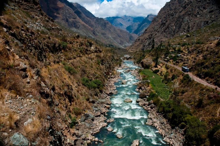 Na rota para Machu Picchu, rios e ladeiras íngremes são alguns dos desafios para os turistas