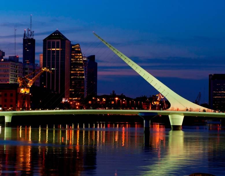 A Puente de la Mujer é uma obra do consagrado arquiteto espanhol Santiago Calatrava no renovado cais de Puerto Madero, em Buenos Aires