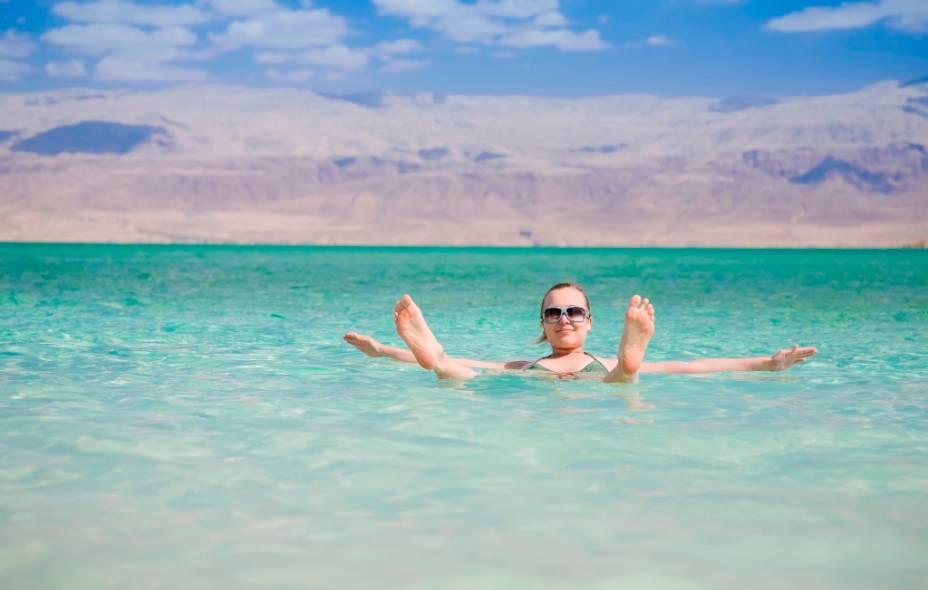 O Mar Morto, alimentado pelo rio Jordão, é o ponto mais baixo da Terra em relação ao nível do mar. Sua alta salinidade impede as pessoas de afundar na água. No entanto, planos de manejo mal planejados tanto por Israel como pela Jordânia estão provocando sua initerrupta diminuição