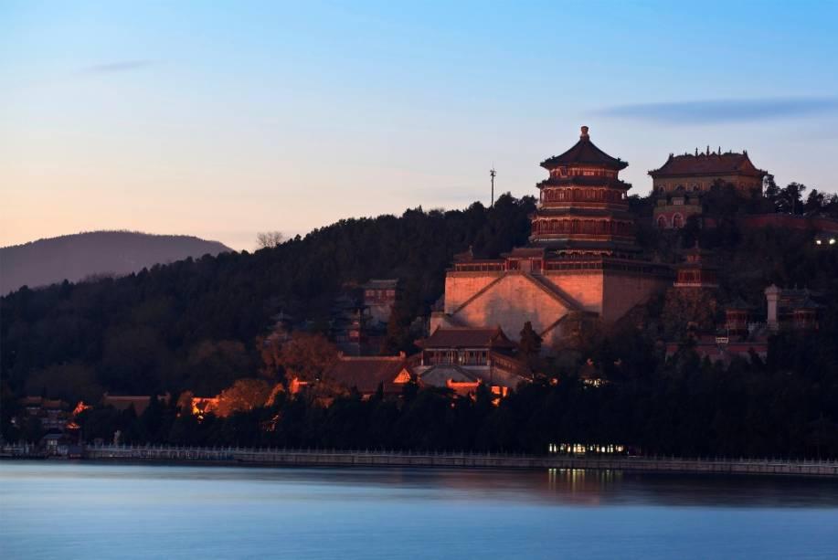 O Palácio de Verão, em Pequim, era um retiro de veraneio para a corte imperial chinesa, sendo dominado pelo Monte da Longevidade e o lago Kunming. Com dezenas de edifícios, pavilhões, corredores e pontes, é um ótimo passeio para quem está na capital