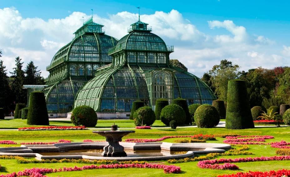 O Palmenhaus são grandes estufas nos jardins do Palácio Schönbrunn, abertas no século 19. Desde então guardam inúmeras espécies botânicas de diversas partes do globo