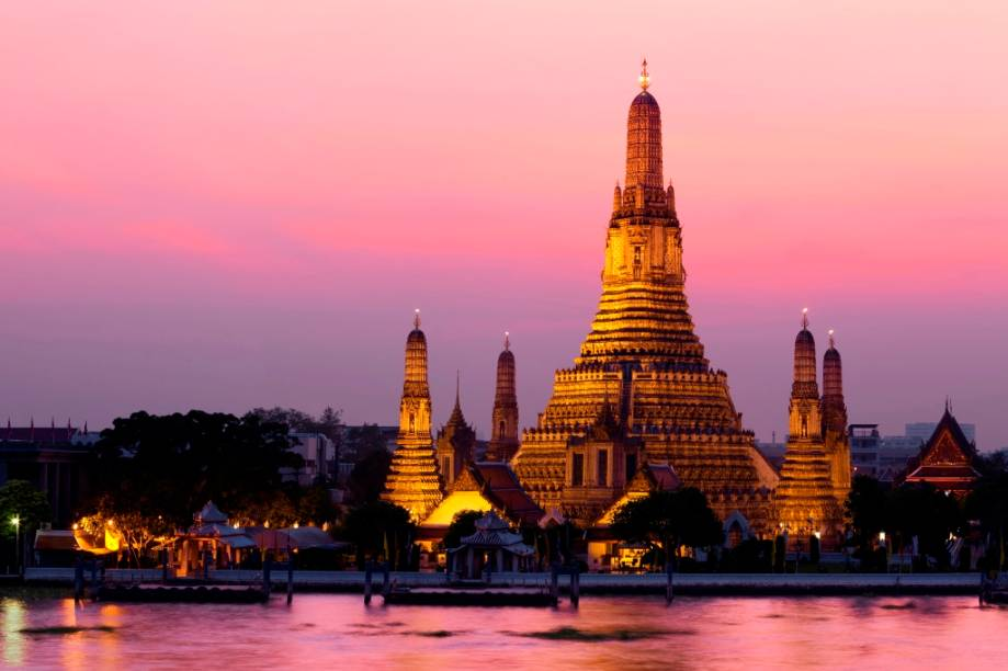 O Wat Arun, junto ao rio Chao Phraya, fecha a fantástica tríade de templos do centro de Bangcoc, junto com o Wat Pho e o Wat Phrao Kheo