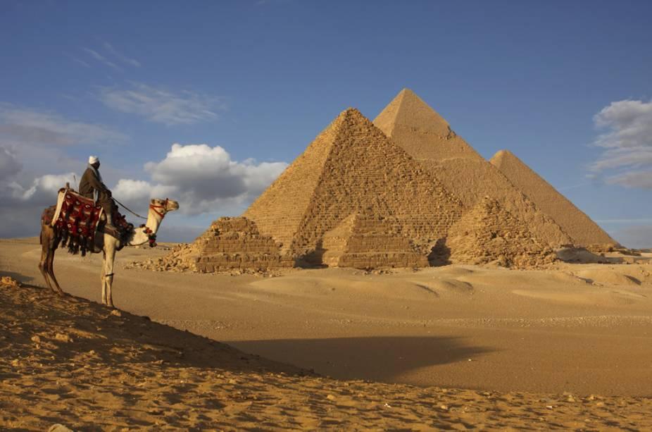 Beduíno e dromedário no platô de Gizé. Aos visitante, atenção, as pirâmides estão coladas aos subúrbios da cidade do Cairo