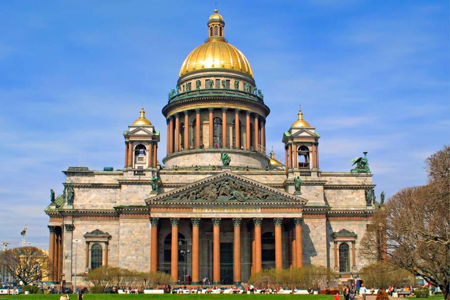 A Catedral Ortodoxa de Santo Isaac, famosa pelas colunas de mármores e esculturas na fachada, é a maior da cidade