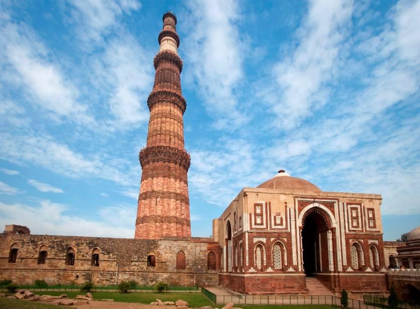 Com 72 metros de altura, Qutb Minar é o mais alto minarete da Índia. Construído no século 13, foi designado como patrimônio da humanidade pela Unesco em 1993