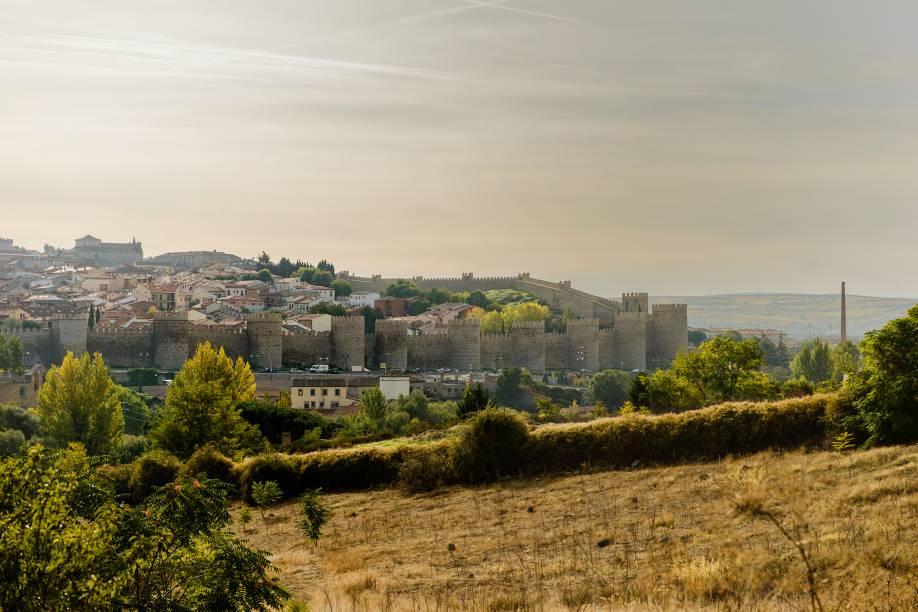 Ávila écircundada por uma imponente muralha de pedra erguida entre os séculos 11 e 12 e