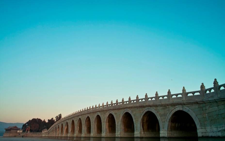 A ponte dos desessete arcos é uma das marcas mais conhecidas do Palácio de Verão, em Pequim