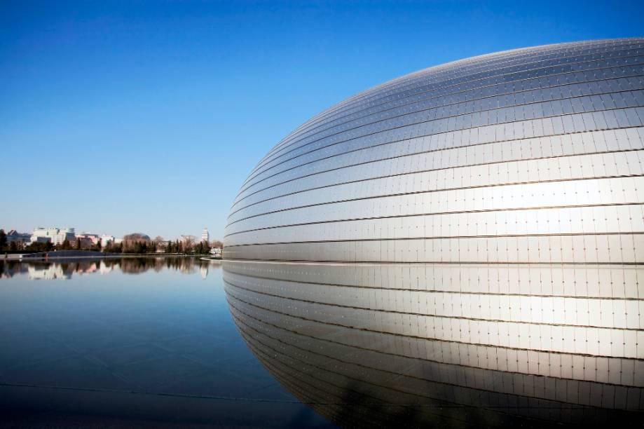 O Centro Nacional de Artes Performáticas de Pequim reúne instalações para espetáculos de teatro, dança e ópera, todos sob uma estrutura que combina titânio, vidro e outros materiais de ponta