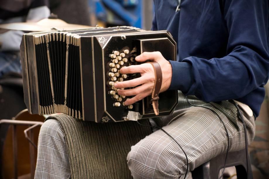 Buenos Aires respira tango. Pequenas orquestras de jovens com bandoneóns e violinos pipocam pelas ruas do bairro de San Telmo
