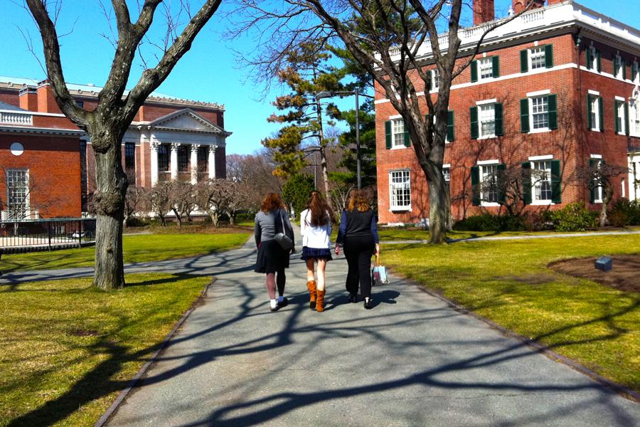 """A <a href=""""http://viajeaqui.abril.com.br/estabelecimentos/estados-unidos-boston-atracao-harvard-university"""" rel=""""Universidade de Harvard"""" target=""""_blank"""">Universidade de Harvard</a>, uma das mais importantes instituições do mundo, é aberta ao público. Seus prédios e corredores podem ser explorados livremente pelos visitantes"""