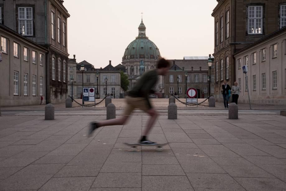 Skatista em frente ao palácio Amalienborg, residência de inverno da família real dinamarquesa