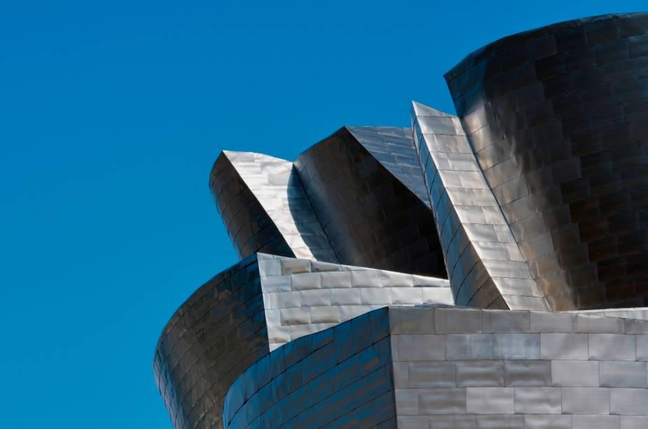 Projetado pelo arquiteto canadense-americano Frank Gehry, o Guggenheim de Bilbao é uma atração por si só, com seu desenho inovador, como uma espécide escultura gigantesca