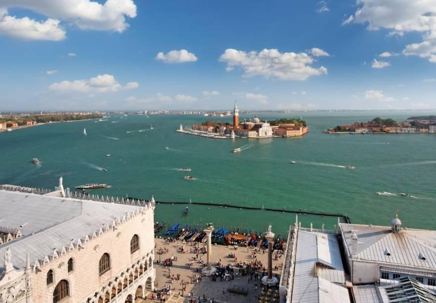Vista geral da laguna de Veneza. Em primeiro plano, a Piazzeta, com as colunas de São Teodoro e São Marcos e o Palazzo Ducale. Ao longe, as ilhas de San Giorgio Maggiore e Giudecca