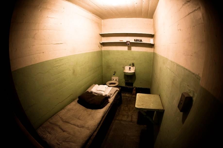 """<strong>Alcatraz, Fuga Impossível – <a href=""""http://viajeaqui.abril.com.br/cidades/estados-unidos-san-francisco"""" rel=""""São Francisco"""" target=""""_blank"""">São Francisco</a>, <a href=""""http://viajeaqui.abril.com.br/paises/estados-unidos-sao-francisco"""" rel=""""Estados Unidos"""" target=""""_blank"""">Estados Unidos</a></strong>Num dos mais idílicos cenários urbanos do planeta, uma pequena ilhota cercada de águas geladas é um sinistro testemunho de outros tempos. Residência de personagens como Al Capone e George """"Machine Gun"""" Kelly, o presídio entrou de vez no imaginário popular com a fita que dramatiza a espetacular fuga de Frank Morris e os irmãos Anglin. Hoje <a href=""""http://viajeaqui.abril.com.br/estabelecimentos/estados-unidos-san-francisco-atracao-alcatraz"""" rel=""""Alcatraz"""" target=""""_blank"""">Alcatraz</a> é um parque público e barcaças o conectam com o <a href=""""http://viajeaqui.abril.com.br/estabelecimentos/estados-unidos-san-francisco-atracao-fisherman-s-wharf"""" rel=""""Fisherman's Wharf"""" target=""""_blank""""><strong>Fisherman's Wharf</strong></a>.<strong>Alcatraz, Fuga Impossível </strong>(<em>Escape from Alcatraz</em>, Estados Unidos, 1979)<strong>Diretor: </strong>Don Siegel<strong>Estrelando: </strong>Clint Eastwood"""