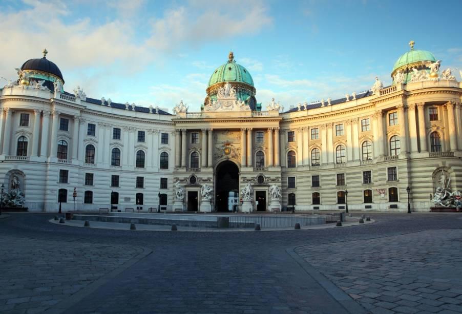 A porta de Michaelerplatz dá acesso tanto aos aposentos imperiais do Hofburg como para a Escola Espanhola de Cavalaria