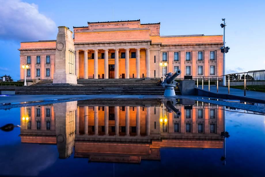 O Auckland Museum iluminado