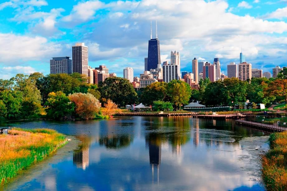 O Lincoln Park é considerado um dos parques mais importantes de Chicago. Ao fundo, é possível avistar o skyline da cidade