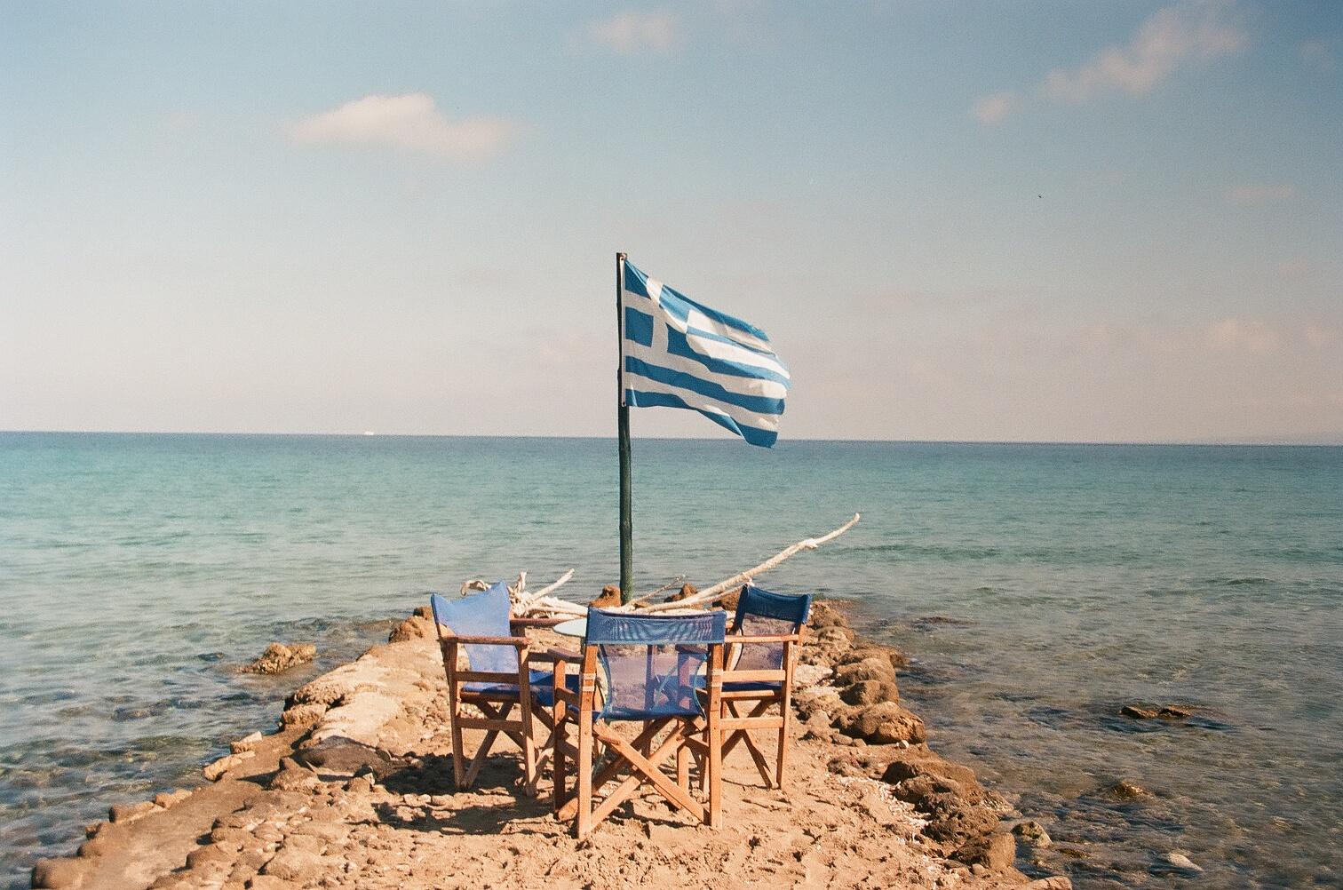 Bandeira grega numa prainha de Zakynthos... Calmaria (foto: Sara/Flickr/creative commons)