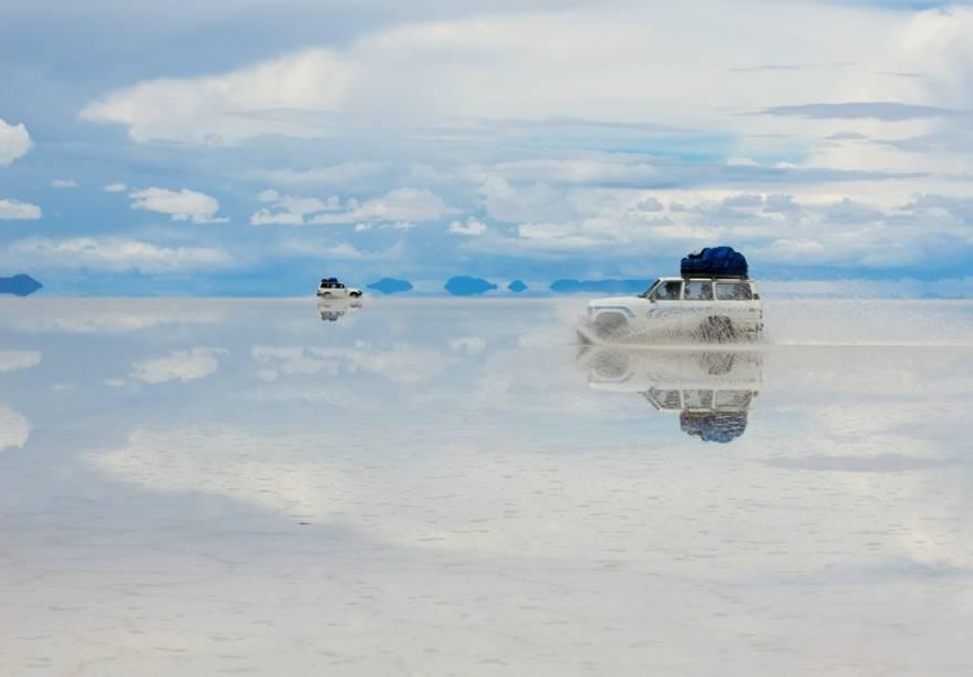 Na época de chuvas, no início de ano, o deserto de sal fica encharcado e gera várias ilusões de ótica