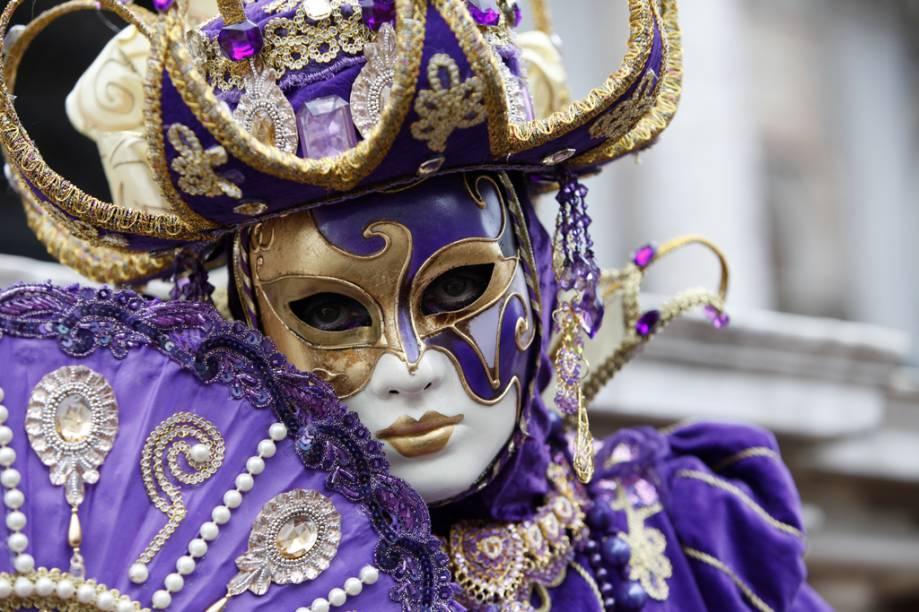 A tradição de Veneza no Carnaval vem de muito tempo atrás, desde seu auge no século 18. As fantasias não combinam exatamente com a nossa idéia de folia – são pesadas, de veludo – mas é impossível visitar a cidade e não querer trazer uma de suas fabulosas máscaras na bagagem