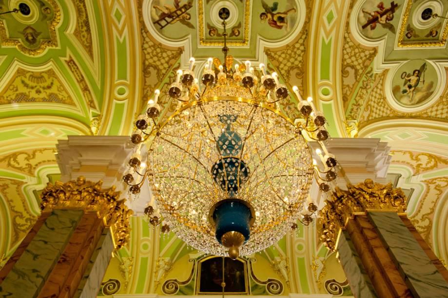Interior luxuoso da Catedral de São Pedro e São Paulo