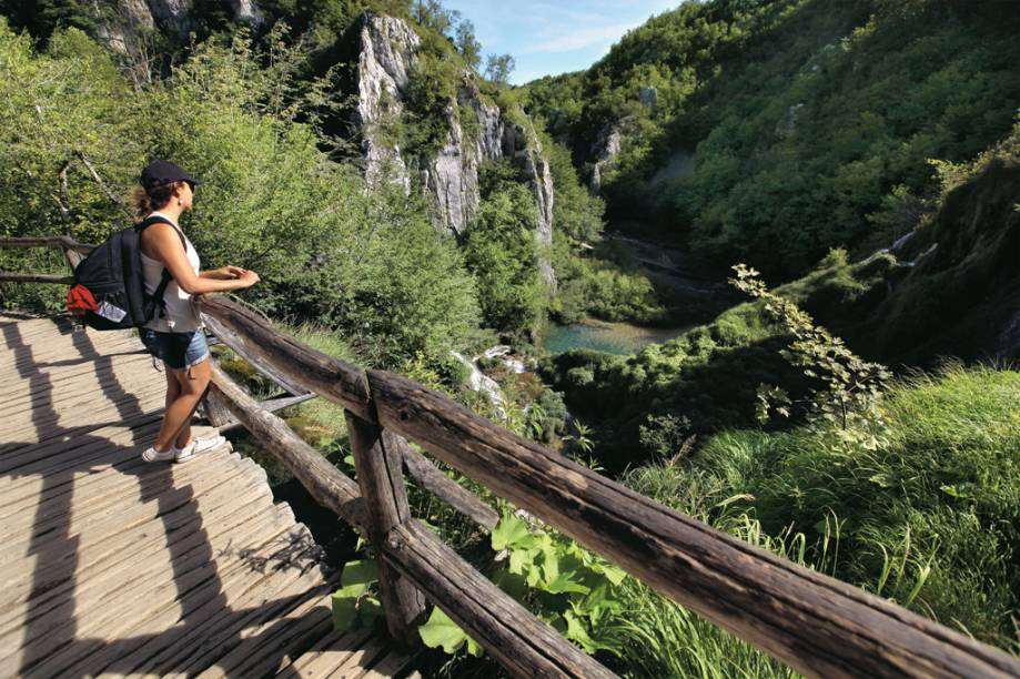 A repórter contempla os elementos no Parque Nacional de Plitvice, na Croácia
