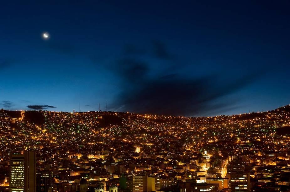 Vista de La Paz à noite - é comum ter essa visão em passeios noturnos pela cidade, já que as casinhas estão distribuídas por todo o vale