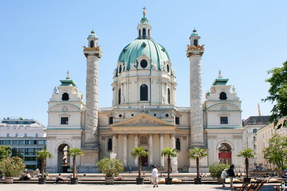 A interessante, mas desequilibrada, fachada da igreja Karlskirche é uma das atrações de Viena