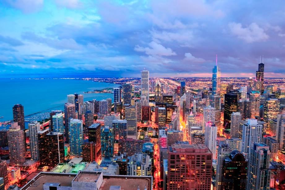 A Cidade dos Ventos, como Chicago é popularmente conhecida, fica às margens do gigantesco lago Michigan, um dos Grandes Lagos na região da fronteira central de EUA e Canadá