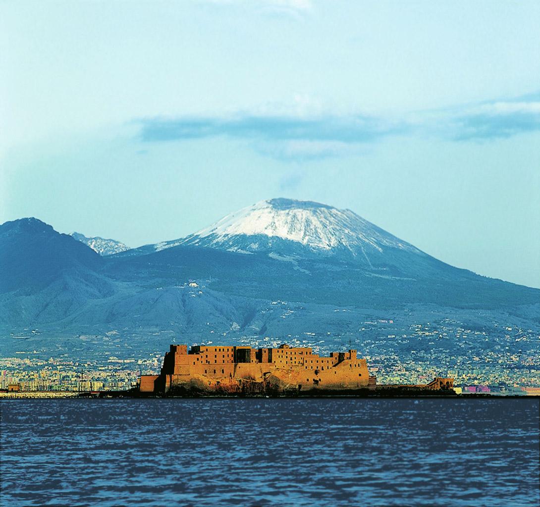 Castelo Dell'Ovo eVesúvio em Nápoles, Itália