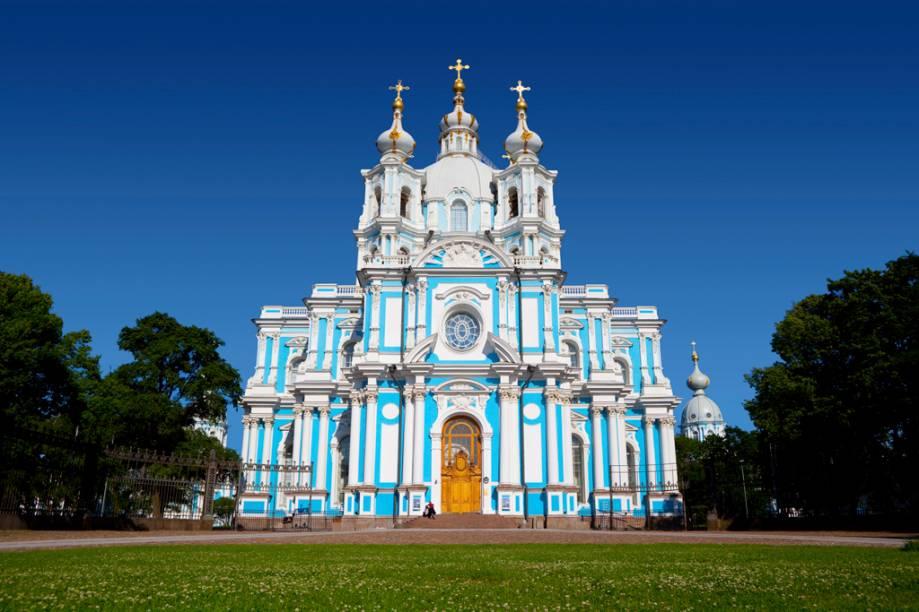 Em estilo rococó, a fachada da Catedral Smolny é marcada pelas cores azul e branco