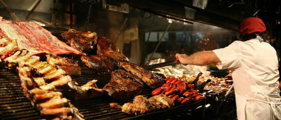 """A tradicional parrillada, um clássico da culinária da <a href=""""http://viajeaqui.abril.com.br/paises/argentina"""" rel=""""Argentina"""" target=""""_self"""">Argentina</a>, leva vários tipos de cortes de carne como costillas, lomo, chorizo e vacio"""