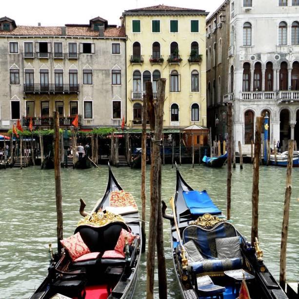 Os passeios de gôndola pelos canais de Veneza são atração clássica e romântica e podem ser feitos a partir de diversos pontos da cidade