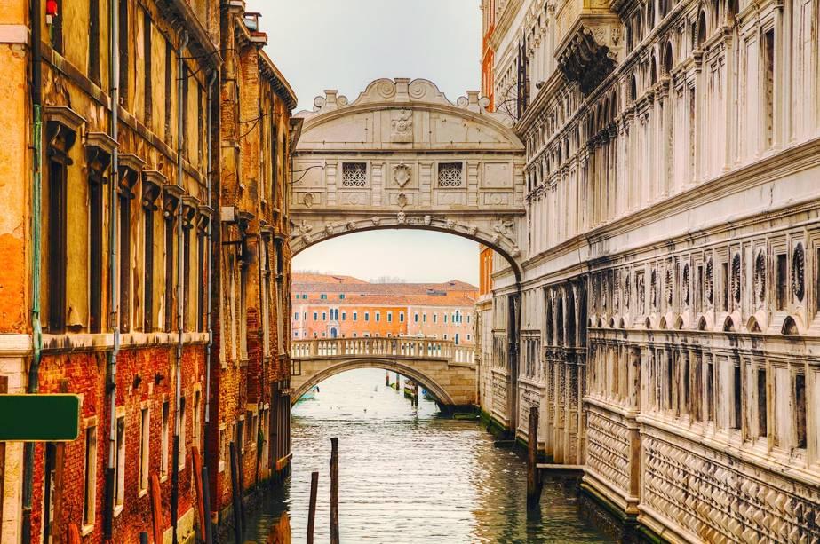 """A famosa Ponte dos Suspiros, em Veneza, funcionava como passagem dos tribunais venezianos para a prisão - chama-se Ponte dos Suspiros por ali ser o último lugar em que o condenado teria uma visão da cidade, antes do cárcere. É possível passar pela ponte e ter a mesma sensação de um condenado durante a visita ao <a href=""""http://viajeaqui.abril.com.br/estabelecimentos/italia-veneza-atracao-palazzo-ducale"""" rel=""""Palazzo Ducale"""" target=""""_blank"""">Palazzo Ducale</a>"""