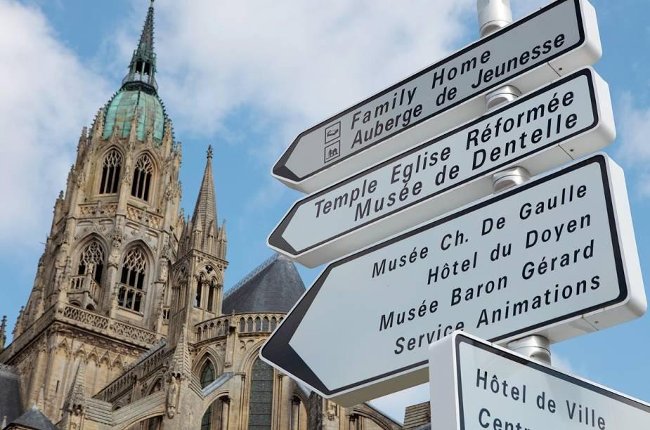 Placas localizadas próximas à Catedral da cidade indicam os principais pontos turísticos