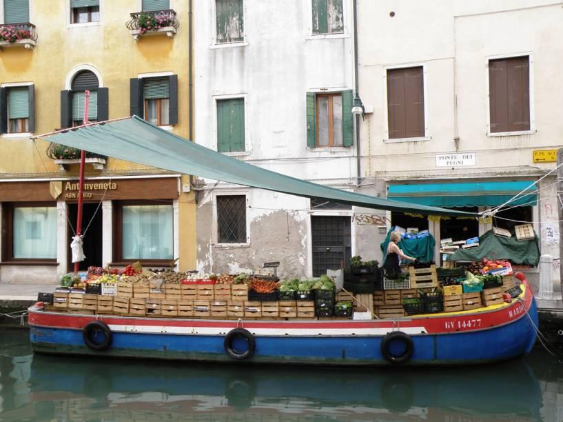 Barcaça com frutas e verduras em Dorsoduro