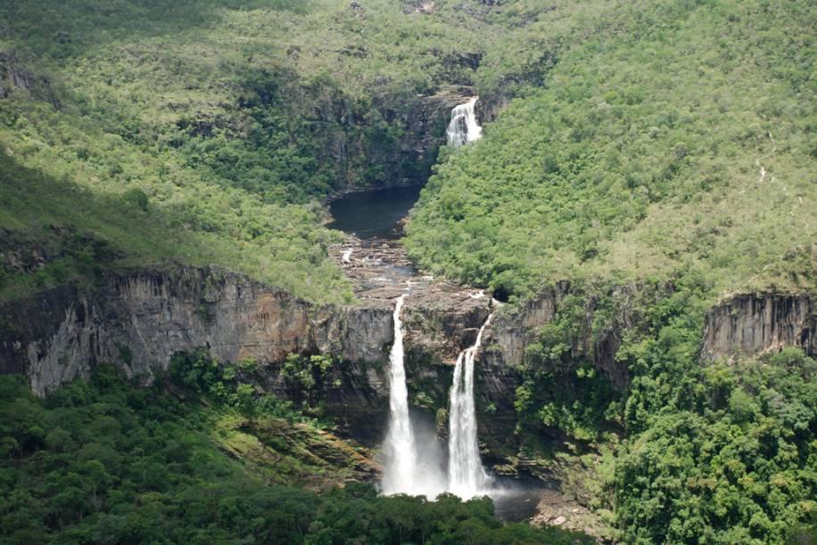 Salto do Rio Preto e Cachoeira do Garimpão no Parque Nacional da Chapada dos Veadeiros (GO). Uma trilha de 10 km (ida e volta) leva ao Salto do Rio Preto (120 m) e a Cachoeira do Garimpão (com 80 m e poços para banho). Na volta, piscinas com hidromassagem natural ajudam a enfrentar a caminhada