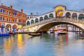 Ponte Rialto, em Veneza, Itália