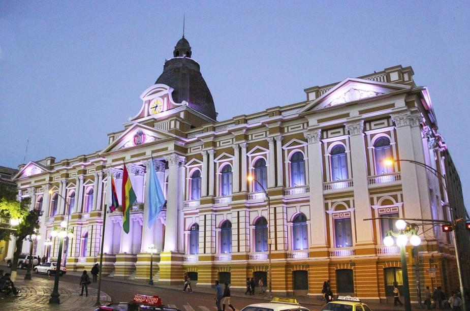 O Palácio Presidencial da Bolívia tem o brasão do país na fachada e hoje - com a gestão do primeiro indígena da história, Evo Morales, também carrega uma bandeira quadriculada e colorida, representando o símbolo dos povos pré-colombianos