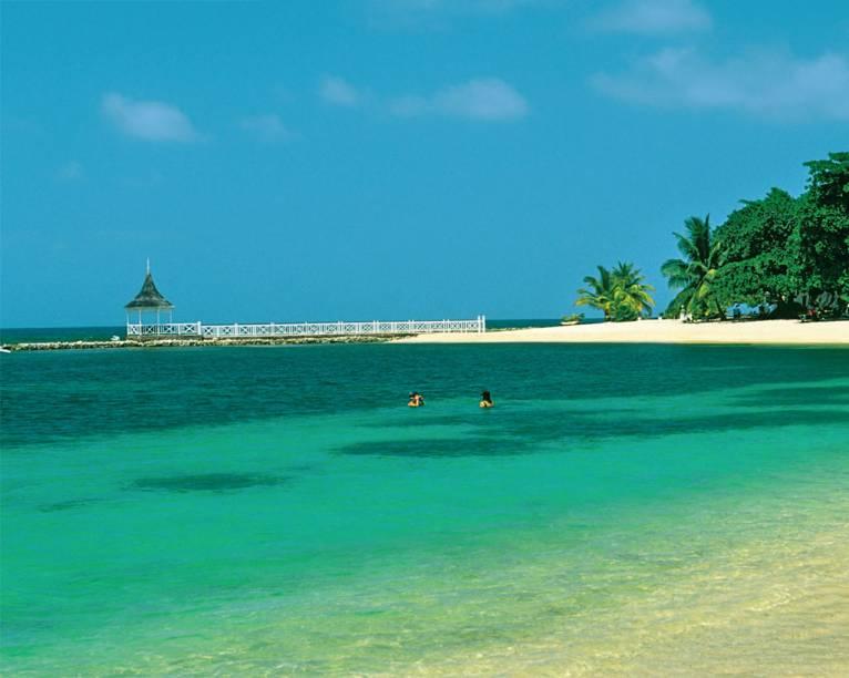 Em Montego Bay,os resorts estão emtoda a orla. Mas omar ainda dominaa bela paisagem