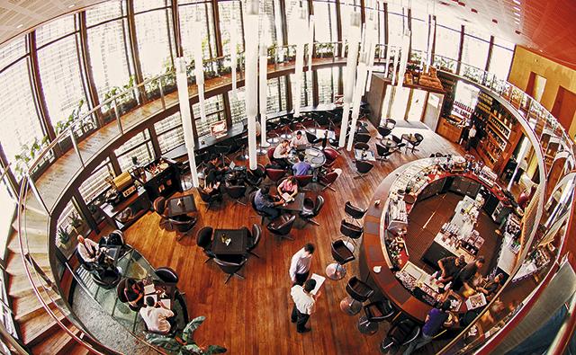 1Octavio-Café,-misto-de-cafeteria-e-restaurante,-com-poltronas-com-carregadores-p_2
