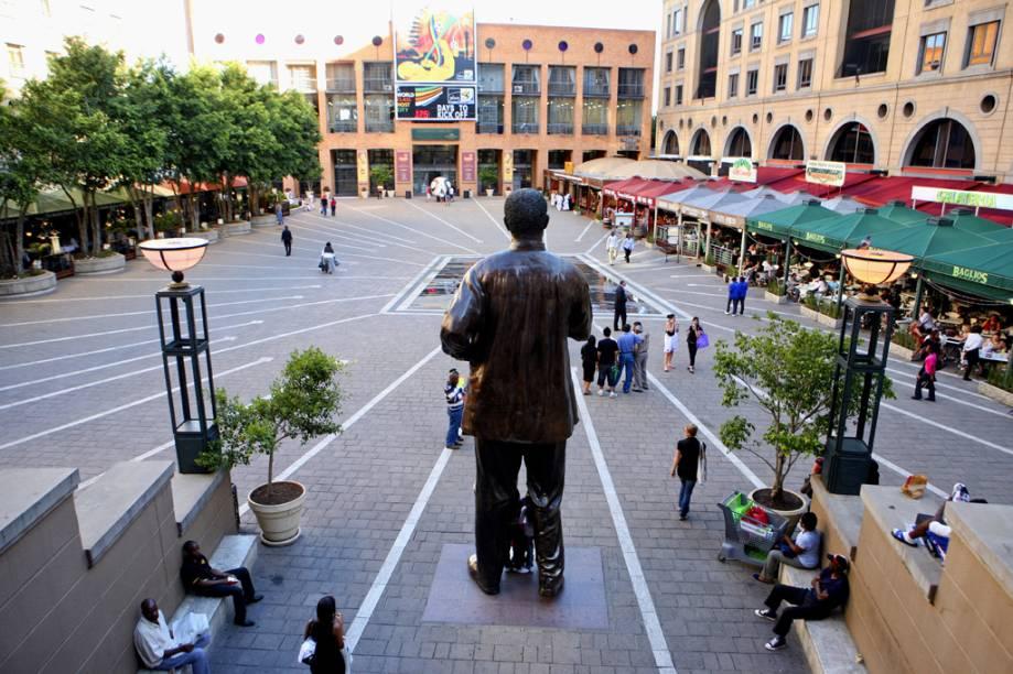 Uma enorme estátua do ex-presidente Nelson Mandela está fincada na praça que leva seu nome, na elegante área de Sandton City Mall